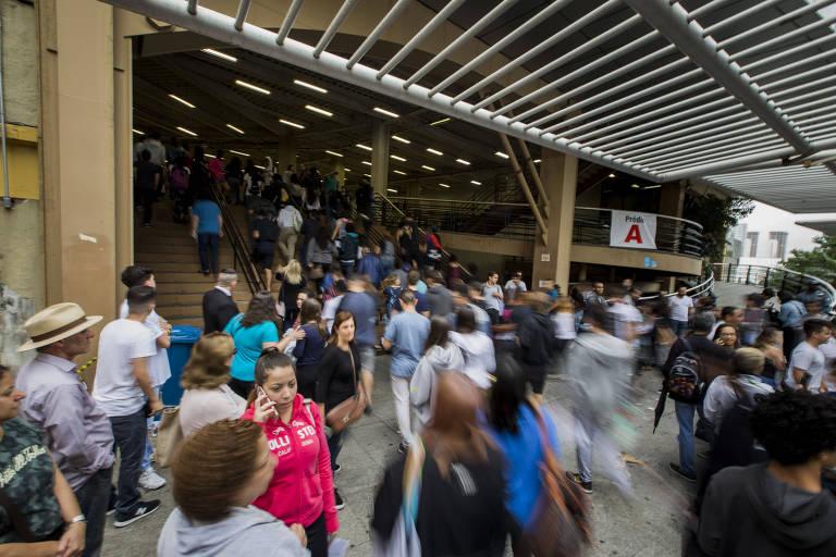 Estudantes chegam para o primeiro dia da prova do Enem em campus da Universidade Uninove na Barra Funda na zona oeste de São Paulo