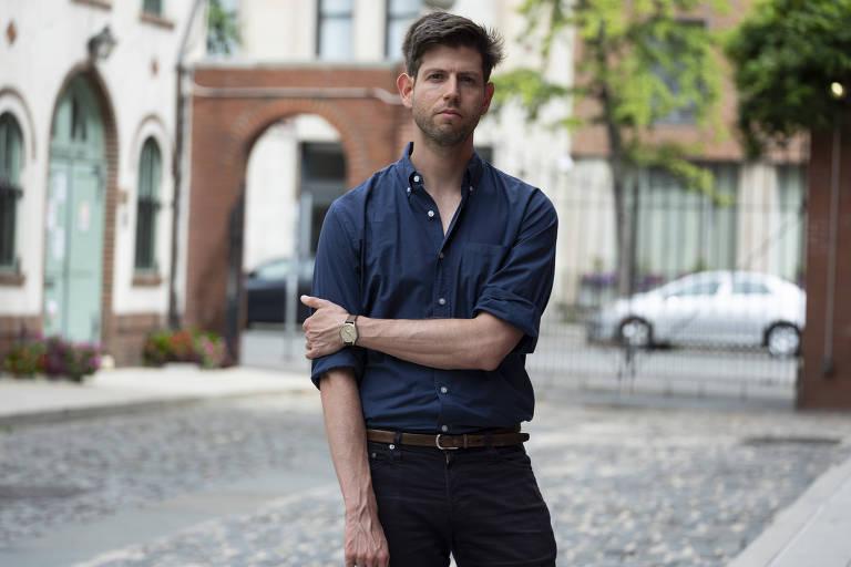 O estudante Nimrod Reitman posa diante de dormitório da NYU