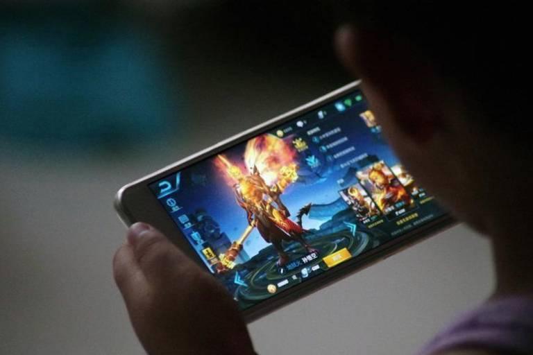 Criança joga videogame da Tencent em Dezhou, China