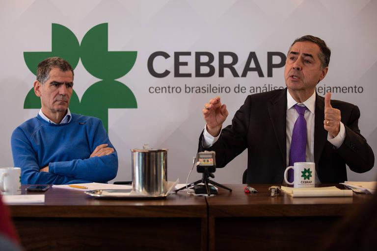O professor da USP Fernando Limongi (à esq.) e o  ministro do STF Luís Roberto Barroso em debate no Cebrap