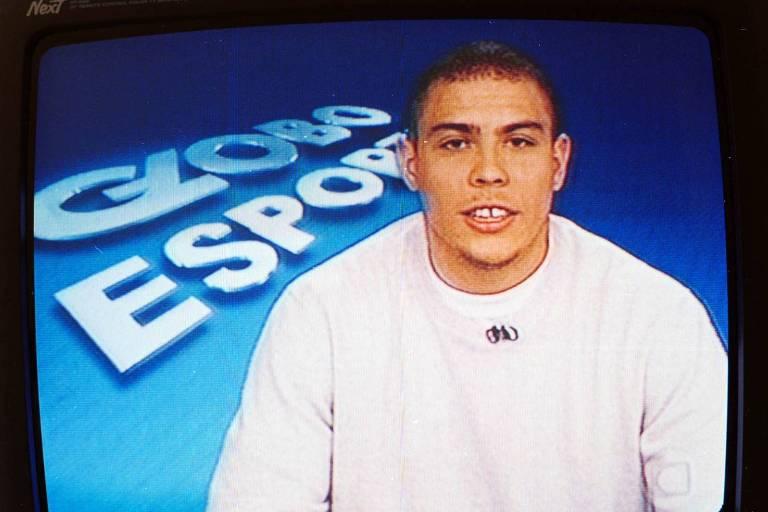 Ex-jogador Ronaldo apresentando o Globo Esporte