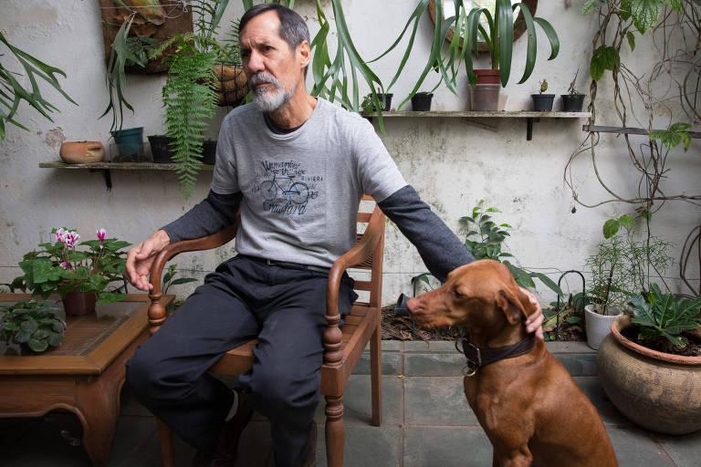 Eduardo Jorge (PV), com sua cachorra Cacau, durante entrevista à Folha em sua casa, na Vila Mariana (zona sul de SP)
