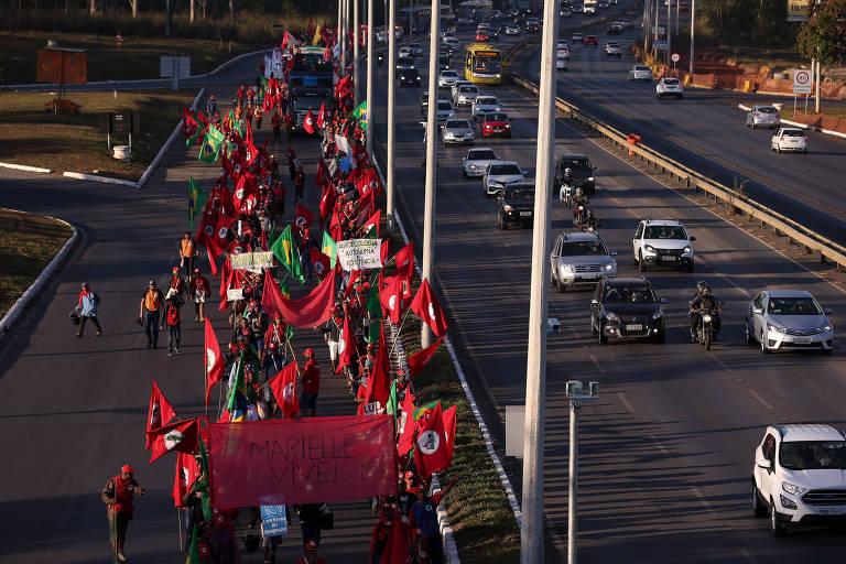 Militantes do MST participam da Marcha Nacional Lula Livre, em Brasília