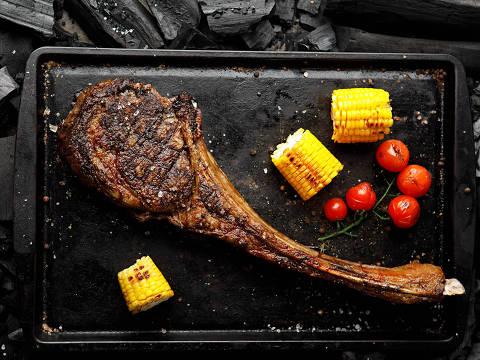 Corte de estilo americano, o Tomahawk é um dos destaques do menu da Fogo Steakhouse & Winebar