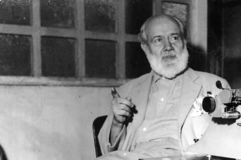 LOCAL DESCONHECIDO, 16-04-1958: O jornalista e escritor Barão de Itararé, durante entrevista ao jornal