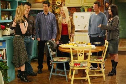 """Os atores Jennifer Aniston, Matt LeBlanc, David Schwimmer, Lisa Kudrow, Matthew Perry, e Courtney Cox Arquette, em cena do último episódio do seriado """"Friends"""" (Divulgação)"""