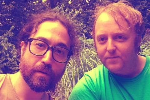 Sean Lennon e James McCartney, filhos de ex-Beatles, postam fotos juntos.
