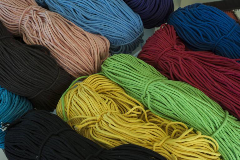 Fios feitos com retalhos de algodão e PET reciclado para a produção de redes na Santa Luzia