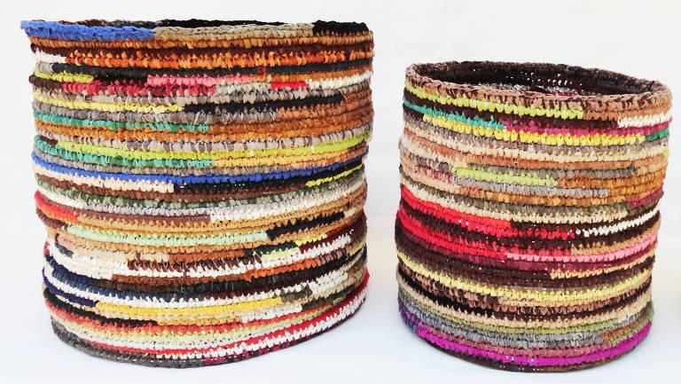 Jacqueline Chiabay, que utiliza retalhos de couro em suas produções e atua no projeto Novas Marias, com a participação de mulheres em presídios