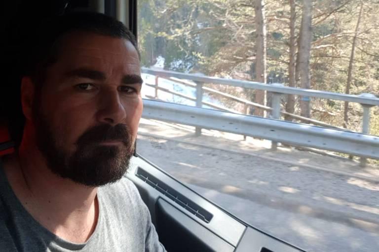 O brasileiro Carlos Eduardo Fernandes, que trabalha como caminhoneiro na Itália