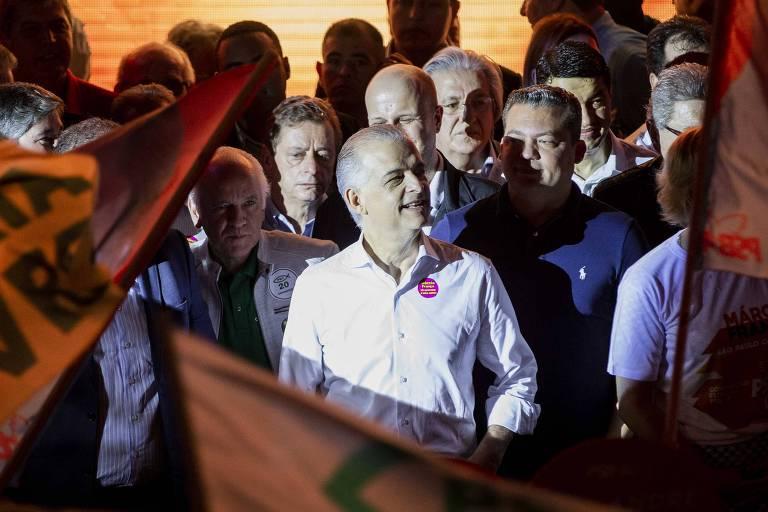 O governador de São Paulo, Márcio França, na conenção do PSB que oficializou sua candidatura à reeleição. Na foto, ele está entre bandeiras e apoiadores.