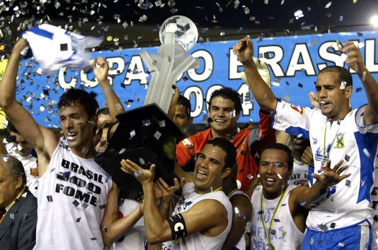 Outro paulista a levantar a taça da competição nacional foi o Santo André, que derrotou o Flamengo em pleno Maracanã, em 2004