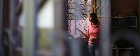 SALVADOR, BA, 02.08.2016: Retrato de Mara Andrade, 44, que diz viver com medo. Seu ex-marido já violou pelo menos 15 vezes a medida protetiva que tem contra ele, conseguida via Lei Maria da Penha. (Foto: Raul Spinassé/Folhapress, COTIDIANO ) ***EXCLUSIVO FOLHA***
