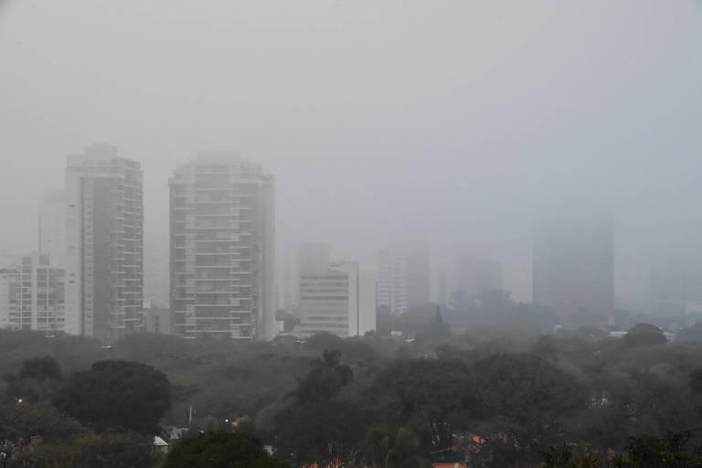 Forte neblina encobre a cidade de São Paulo (SP), vista da Praça Pôr do Sol, na manhã desta quarta-feira (15)