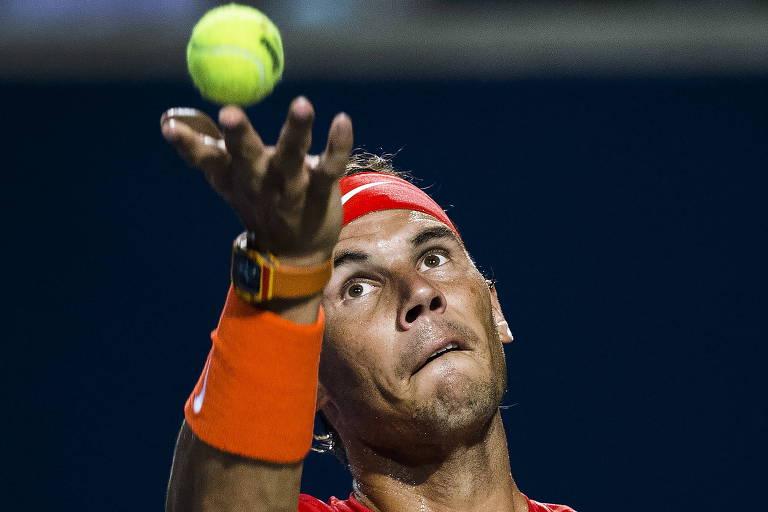 Rafael Nadal, em ação no Torneio de Toronto, é um dos que mais demoram para sacar no circuito profissional de tênis