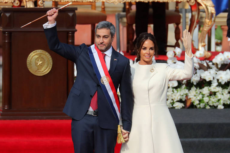 O presidente do Paraguai, Mario Abdo Benítez, acena após sua posse acompanhado da primeira-dama, Silvana Lopez Moreira