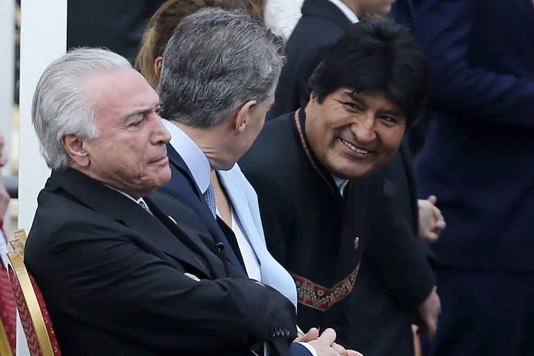 Ao lado do presidente Michel Temer, o líder argentino, Mauricio Macri (de costas) conversa com o boliviano Evo Morales durante a posse de Abdo em Assunção