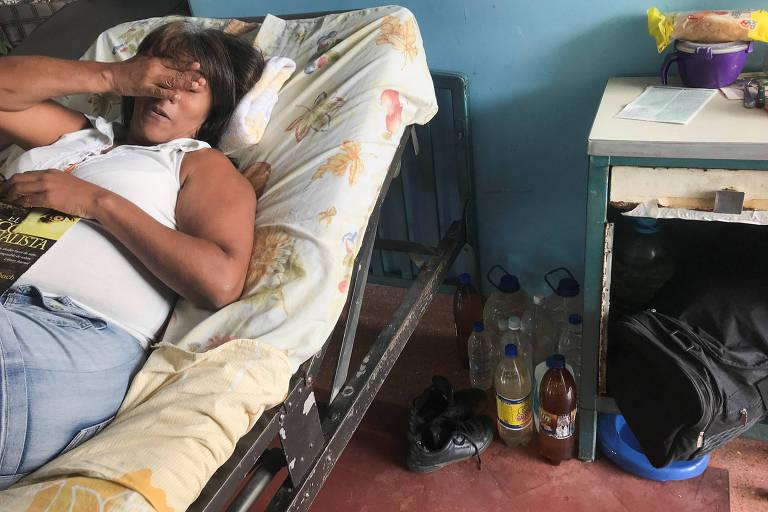 Paciente em hospital de Caracas em um dia em que faltou água no estabelecimento