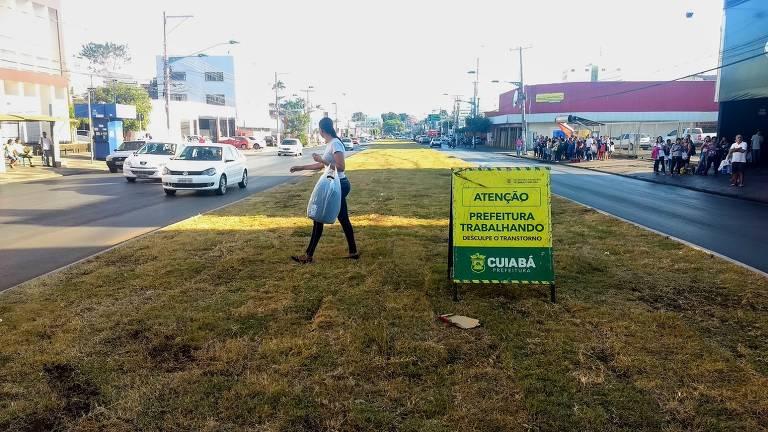 VLT não sai e grama toma canteiro em Cuiabá