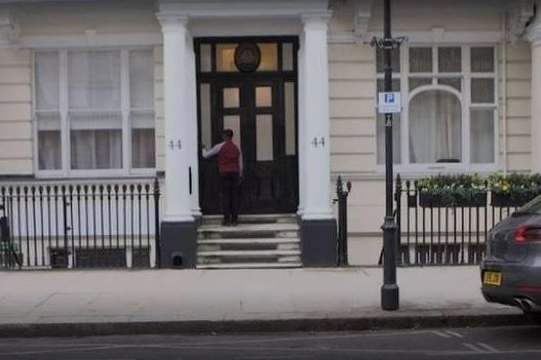 Estudante consegue estágio em finanças batendo na porta de casas ricas de Londres