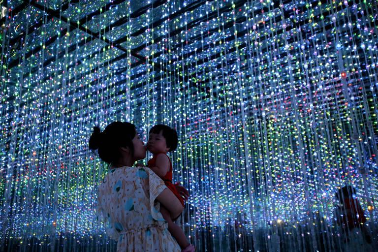 Mãe e filha no Museu de Ciência e Tecnologia, em Xiamen, na China