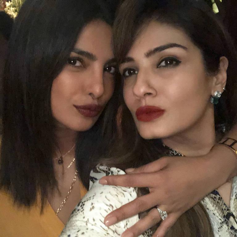 Priyanka Chopra e Raveena Read postam fotos e Chopra mostra anel de noivado