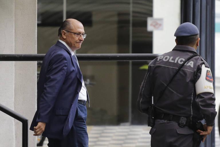 O ex-governador e candidato a Presidência, Geraldo Alckmin (PSDB), deixa o Ministério Público de São Paulo após prestar depoimento em inquérito que apura suposto caixa dois citado por delatores da Odebrecht