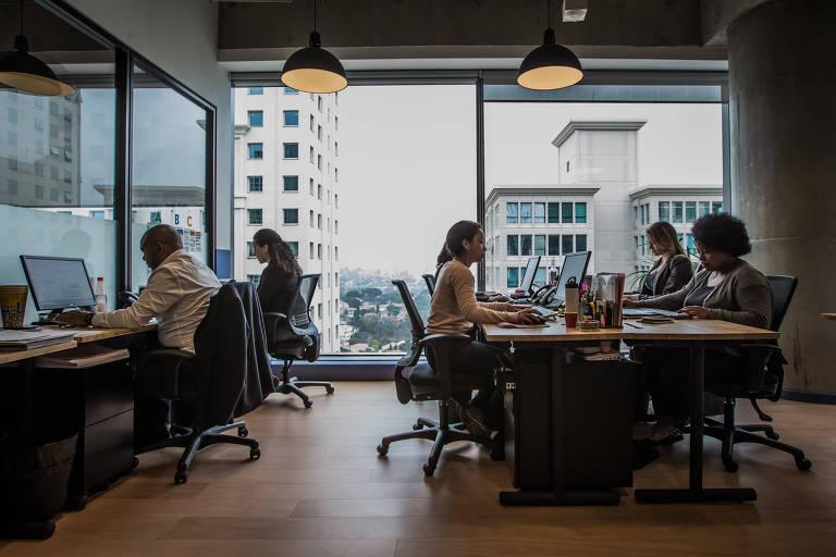 Espaço da Smarkets, com funcionários em mesas compartilhadas, no InovaBra, em SP