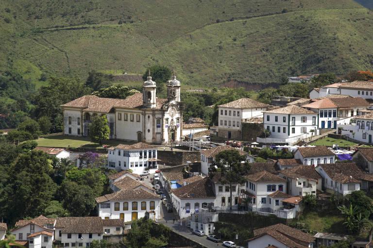 Centro histórico de Ouro Preto, com a Igreja de São Francisco de Assis (ao fundo)