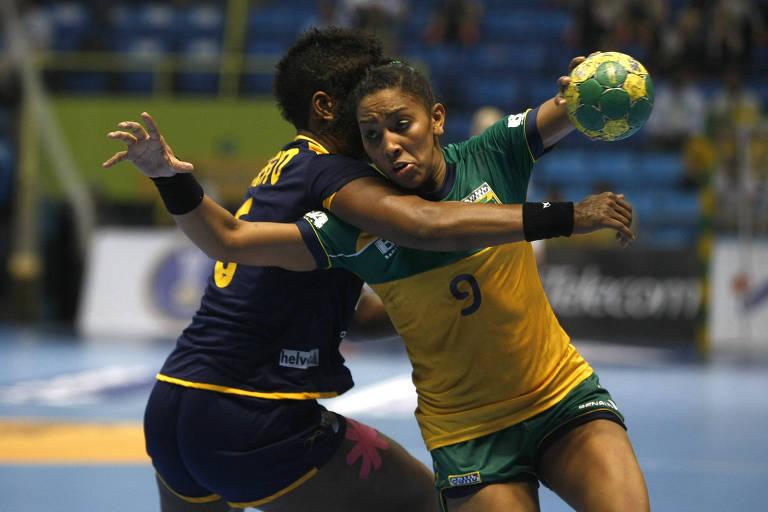 A jogadora Ana Paula, da seleção brasileira, em partida contra a Espanha, pelo Mundial feminino de handebol de 2011. Torneio ainda não teve suas contas aprovadas pelo Ministério do Esporte