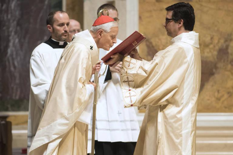 O cardeal Donald Wuerl, arcebispo de Washington, conduz missa um dia após a revelação dos casos da Pensilvânia