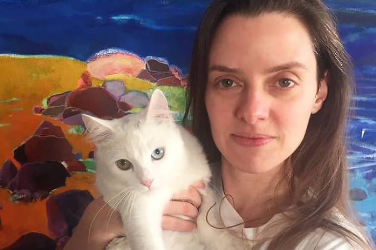 Alessandra Duarte com a gata Alma, que tem um olho amarelo e outro azul