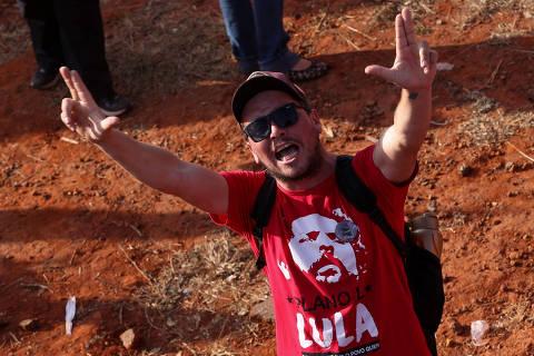 Militância compara Lula a Cristo e ataca custos do STF