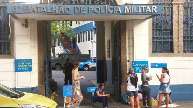 Em 2017, familiares de PMs protestaram contra os baixos salários dos policiais no Rio de Janeiro, o uso de parentes foi uma maneira de driblar a proibição de militares fazerem greve