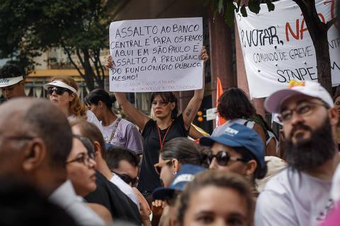 SÃO PAULO, SP, BRASIL, 20-03-2018 - PROTESTO/PROFESSORES - Professores fazem novo ato em frente à Câmara dos Vereadores para protestar contra projeto de lei que prevê aumentar os descontos nos salários da categoria destinados à previdência. (Foto: Ronny Santos/Folhapress, CIDADES)  ***EXCLUSIVO AGORA *** EMBARGADA PARA VEICULOS ONLINE *** UOL E FOLHA.COM CONSULTAR FOTOGRAFIA DO AGORA *** FOLHAPRESS CONSULTAR FOTOGRAFIA AGORA *** FONES 3224 2169 * 3224 3342 ***