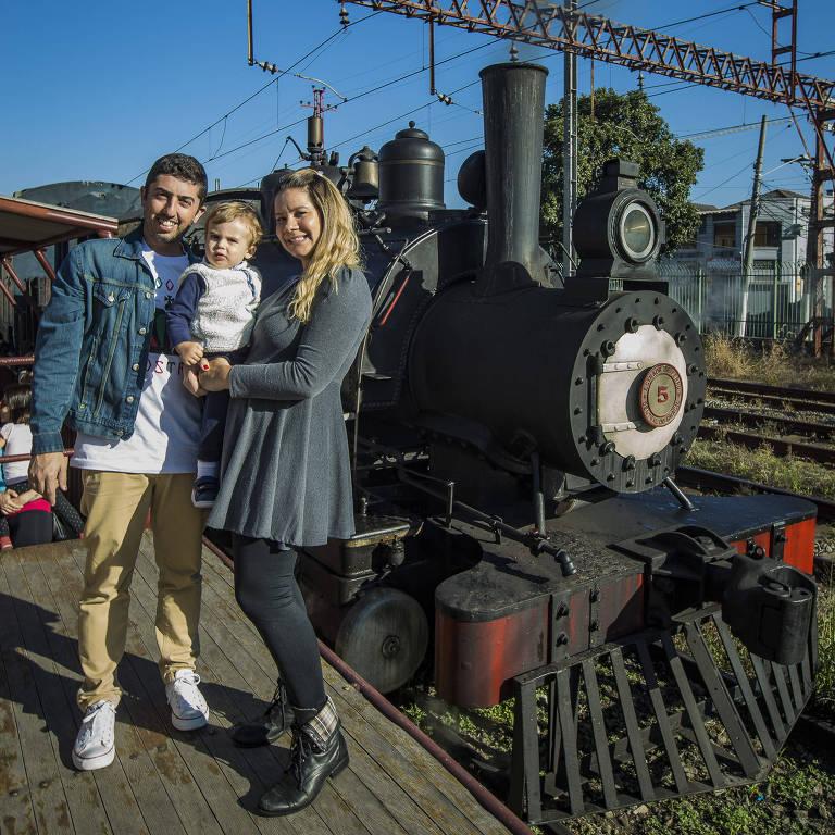 RogŽério Coutinho passeia com sua mulher e filho na Maria Fumaça no bairro da Mooca