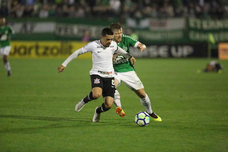 Fagner, do Corinthians, disputa uma bola durante a partida de volta das quartas de final da Copa do Brasil, em Chapecó