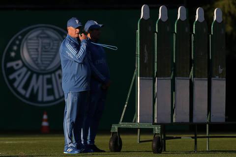 O técnico Felipão e auxiliar técnico Carlos Pracidelli (D), da SE Palmeiras, durante treinamento, na Academia de Futebol.  Fotos: Cesar Greco/ Agência Palmeiras