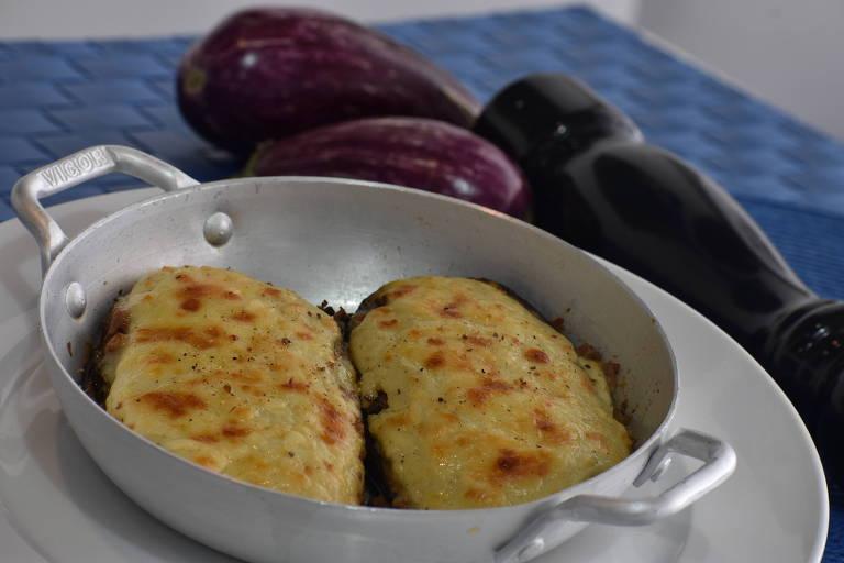Prato grego papoutsakia (berinjela recheada com carne bovina, molho de tomates, especiarias e coberta com molho bechamel) está no menu do novo Taverna Santorini