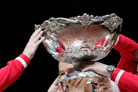 FILE PHOTO: Switzerland's team members hold the trophy after winning the Davis Cup final against France at the Pierre-Mauroy stadium in Villeneuve d'Ascq, near Lille, November 23, 2014.  REUTERS/Gonzalo Fuentes/File Photo ORG XMIT: FW1