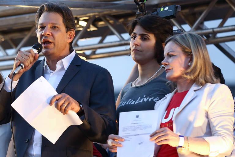 Fernando Haddad discursa ao lado de Gleisi Hoffmann e Manuela D'Avila