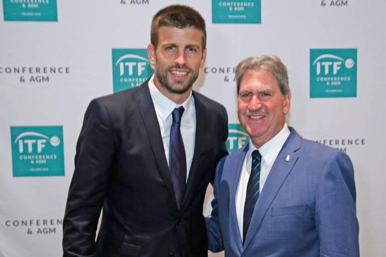 O zagueiro Piqué, do Barcelona e principal acionista do grupo Kosmos de investimento, comemora com David Haggarty (à direita), presidente da Federação Internacional de Tênis, as mudanças na Copa Davis