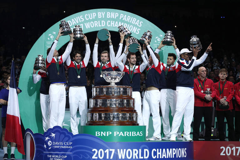 Equipe da França ergue o troféu da Copa Davis de 2017, após derrotar a Bélgica por 3 a 2 na decisão, realizada na cidade de Lille (FRA)