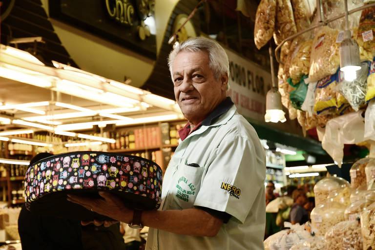 Francisco Veloso Aguiar, 74, é o funcionário mais antigo do mercado: trabalha lá desde 1959