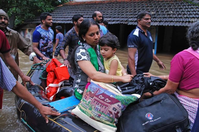 Pessoas são retiradas de casa após inundações em Kozhikode, no estado de Kerala, na Índia
