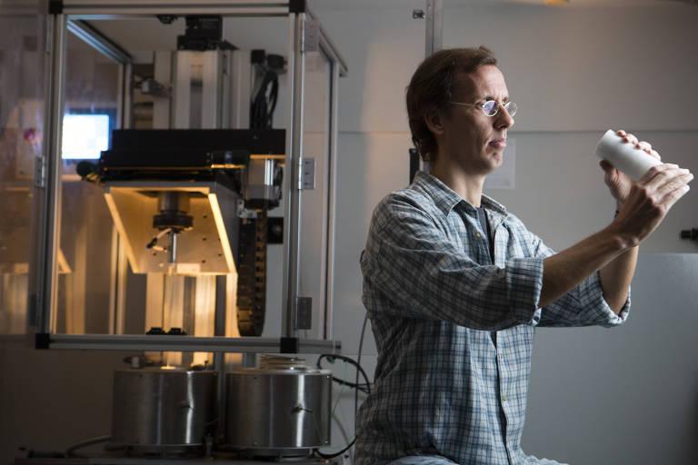 O físico, professor e pesquisador Cristiano Cordeiro manuseia protótipo de cabo de fibra ótica em laboratório da Unicamp
