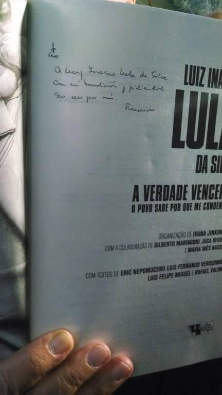 O ex-chanceler Celso Amorim (PT) mostra a jornalistas em Curitiba (PR) livro sobre o ex-presidente Lula que teria sido assinado pelo papa Francisco