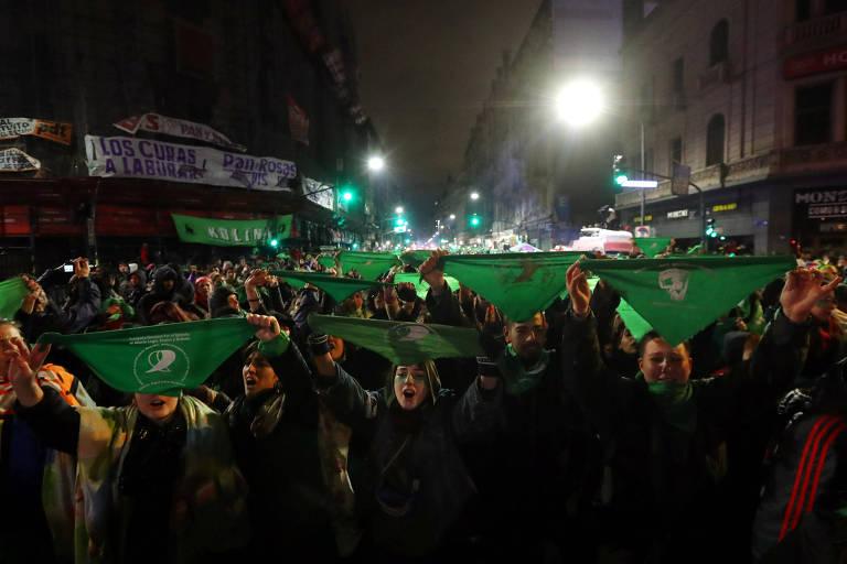 Manifestantes seguram panos verdes, símbolo da campanha pela legalização do aborto, durante a votação da lei no Senado