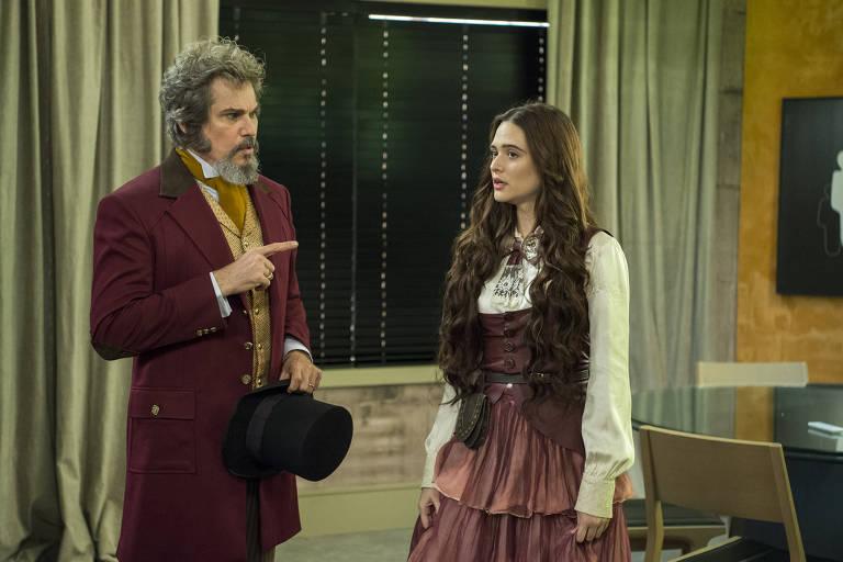 O ator Edson Celulari é Dom Sabino, pai de Marocas (Juliana Paiva), personagens que ficaram congelados por mais de cem anos