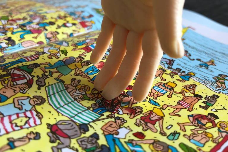 Robô aponta Wally em página de livro